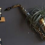 Instrumentos musicais quebrados na decoração 002