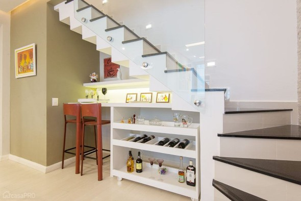 Prateleiras criativas debaixo da escada 013
