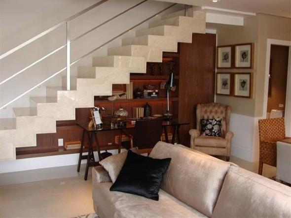 Prateleiras criativas debaixo da escada 014
