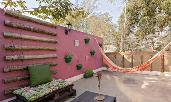 Decoração rústica na varanda e jardim 012