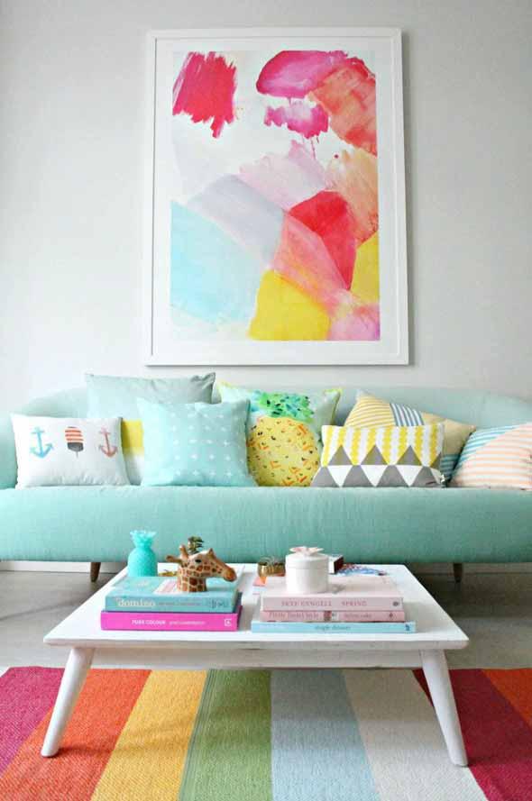 Sala com decoração multicolorida 006