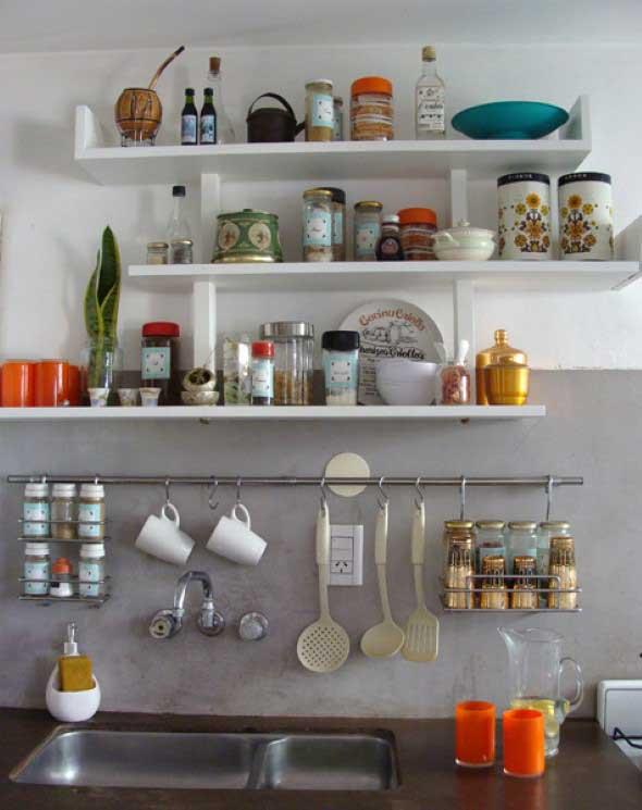 Cozinha com porta temperos 005