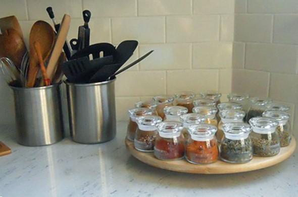 Cozinha com porta temperos 017
