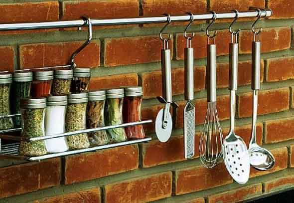 Utensílios de cozinha nas paredes 003