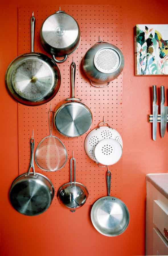 Utensílios de cozinha nas paredes 005