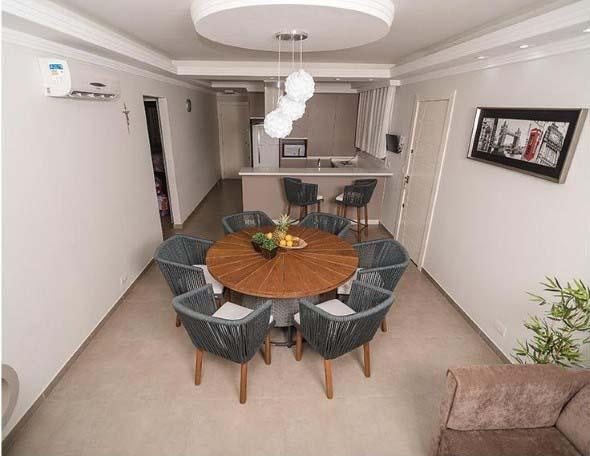 Poltronas e sofás na sala de jantar 011