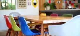 Cadeiras coloridas na decoração