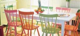 Cadeiras coloridas na mesa  de jantar