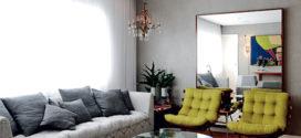 Poltrona colorida na sala de estar